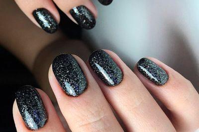 Ногти блестки на черном