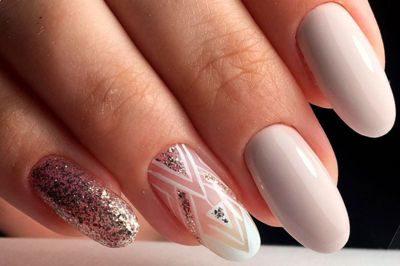 Лучше сверкать, чем сомневаться: маникюр с блестками на твоих ногтях.